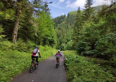 Na bicykloch Iľanovskou dolinou ku skalným vrátam